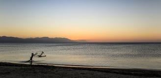 Pescador en Trujillo, Honduras, después de la puesta del sol Foto de archivo
