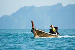 Pescador en un barco Imagen de archivo