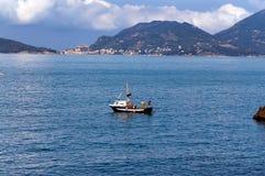 Pescador en un barco de pesca - Liguria Italia Imágenes de archivo libres de regalías