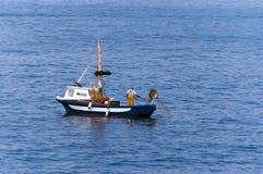 Pescador en un barco de pesca - Liguria Italia Foto de archivo libre de regalías