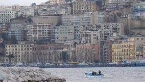 Pescador en un barco en el puerto de Mergellina metrajes