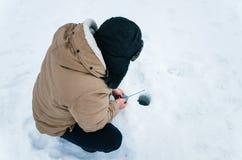 Pescador en un lago en el invierno Pesca del invierno fotografía de archivo