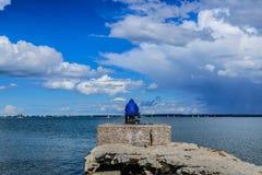 ¡Pescador en una chaqueta azul! Foto de archivo