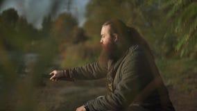 Pescador farpado que pesca com polo de pesca Fisher centra-se sobre a pesca filme
