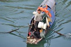 Pescador feliz en el rowing Imagenes de archivo