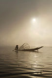 Pescador fora da névoa Imagens de Stock