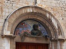 Pescador Frieze Over uma entrada a Dali Theatre-Museum, Figueres fotos de stock