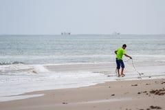 Pescador joven en la playa Fotografía de archivo