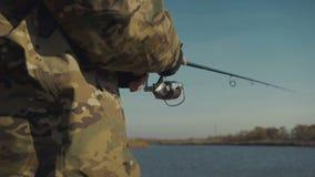 Pescador joven que pesca activamente en el lago almacen de video