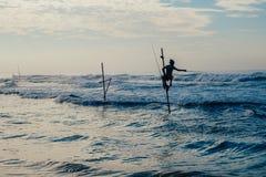 Pescador local en el palillo en una playa del Océano Índico, Sri Lanka Foto de archivo libre de regalías