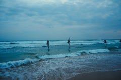 Pescador local en el palillo en una playa del Océano Índico, Sri Lanka Foto de archivo