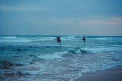 Pescador local en el palillo en una playa del Océano Índico, Sri Lanka Fotografía de archivo