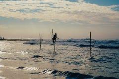 Pescador local en el palillo en una playa del Océano Índico, Sri Lanka Fotos de archivo