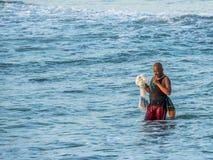Pescador local en la playa en Kuta Bali imagen de archivo libre de regalías
