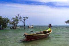 Pescador Long Tail Boat en Koh Mook Coast Line Foto de archivo libre de regalías