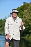 Pescador masculino adulto feliz With Fishing Rod Outdoors fotos de stock