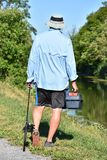 Pescador masculino Walking With Rod And Reel Outdoors imagem de stock