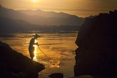 Pescador na ação ao pescar foto de stock