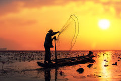 Pescador na ação ao pescar no lago fotografia de stock