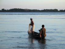 Pescador na canoa Imagem de Stock