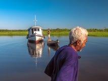 Pescador na canoa Imagens de Stock