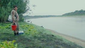 Pescador na costa vídeos de arquivo