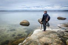 Pescador na costa de mar da mola Fotografia de Stock Royalty Free