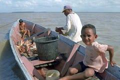 Pescador, niños y pescados, Galibi, Suriname Imagen de archivo libre de regalías