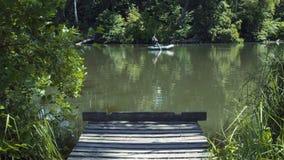 Pescador no barco video estoque