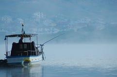 Pescador no barco fotos de stock