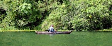 Pescador no barco Imagem de Stock