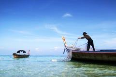 Pescador no barco da cauda longa foto de stock