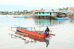 Pescador no barco em Manokwari imagem de stock