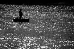 Pescador no barco no dia de verão Pesca no lago Imagem de Stock