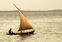 Pescador no console de Zanzibar imagens de stock