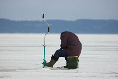 Pescador no gelo no inverno Foto de Stock Royalty Free