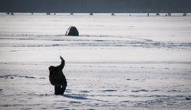 Pescador no lago congelado Fotos de Stock