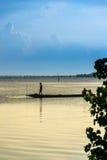 Pescador no lago do songkhla Fotografia de Stock