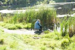 Pescador no lago em Rússia Foto de Stock Royalty Free