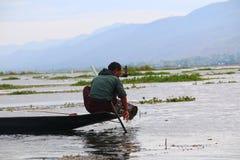 Pescador no lago Inle foto de stock