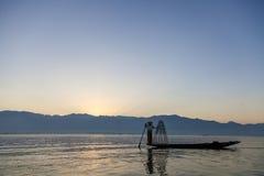 Pescador no lago Inle em Burma imagem de stock royalty free