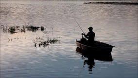 Pescador no lago Lipno video estoque