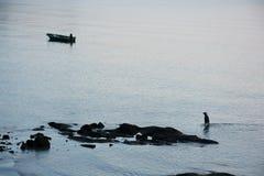Pescador no mar Imagens de Stock