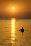 Pescador no por do sol Fotografia de Stock