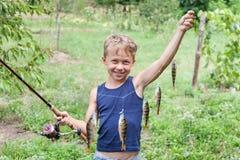 Pescador novo com assassino da vara do equipamento Fotografia de Stock