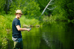 Pescador novo Fishing com paciência foto de stock