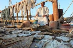 Pescador omanense que vende seus produtos fotos de stock royalty free