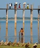 Pescador pela ponte do ubein Imagem de Stock Royalty Free