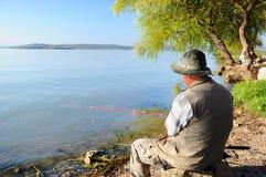 Pescador pelo lago imagens de stock