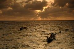 Pescador a poca distancia de la costa  Imágenes de archivo libres de regalías